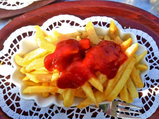 Pommes Frites mit Ketchup.