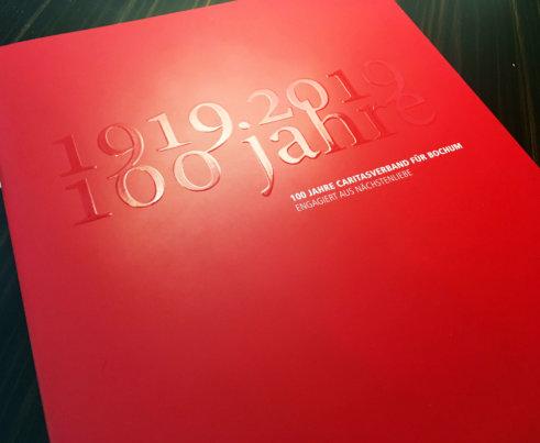 100 Jahre Caritas, Jubiläumsbroschüre 2019 - Titelseite mit Klarlack