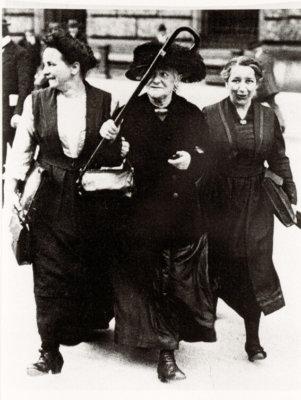 Bochumer Frauen 1919 (v.l.): Lore Agnes, Clara Zetkin, Mathilde Wurm