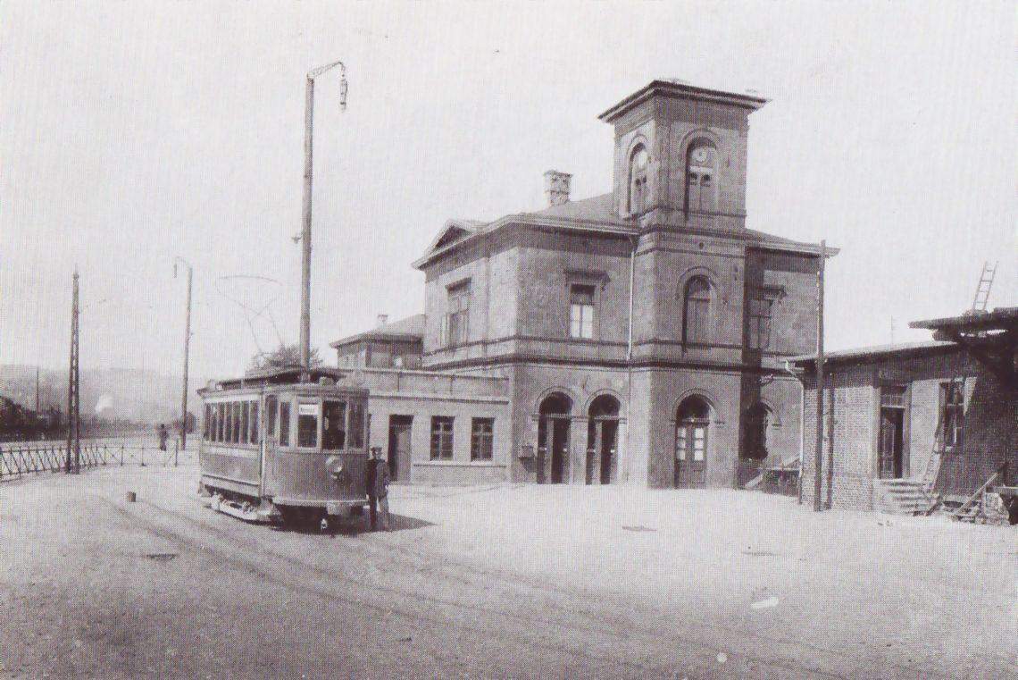 Alter Bahnhof Hattingen 1980: Der Hattinger Bahnhof mit einem Wagen der Bergischen Kleinbahn, die, von Wuppertal kommend, hier ihre Endstelle hatte.