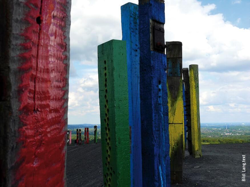 """Halde Haniel: Mit 159 Metern eine der höchsten Abraumhalden. Mit Installation aus Eisenbahnschwellen """"Totems"""" des Malers und Bildhauers Agustín Ibarrola. ©Sandra Anni Lang"""
