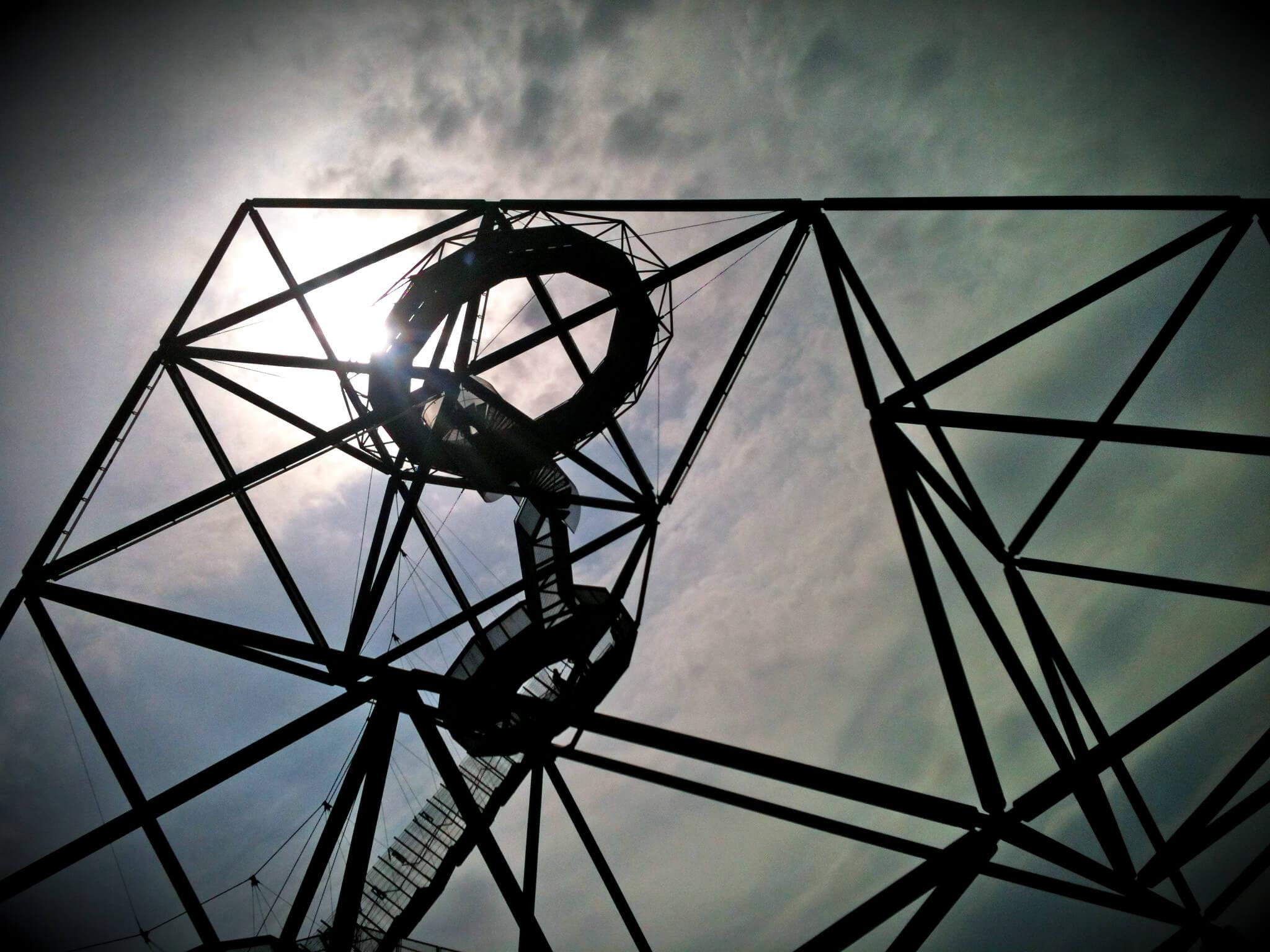 """Auf Halde Beckstraße könnt ihr den Tetraeder begehen. Die Stahlkonstruktion """"Haldenereignis Emscherblick"""" hat die geometrische Form einer dreiseitigen Pyramide und ruht acht Meter über dem Boden auf vier Betonsäulen. Foto: Sandra Anni Lang"""